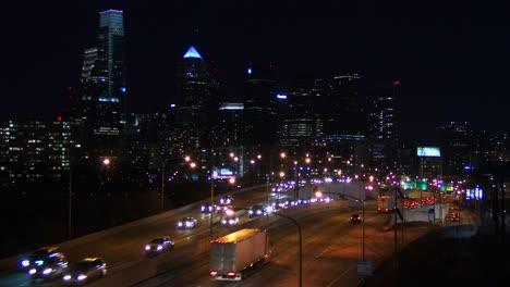 Verkehr-Auf-Einer-Autobahn-Führt-Nachts-Nach-Philadelphia-Pa