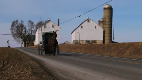 An-Amish-horse-cart-travels-along-a-road-in-rural-Pennsylvania-2
