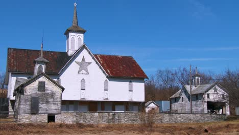 A-white-Amish-style-barn-in-rural-Pennsylvania-1