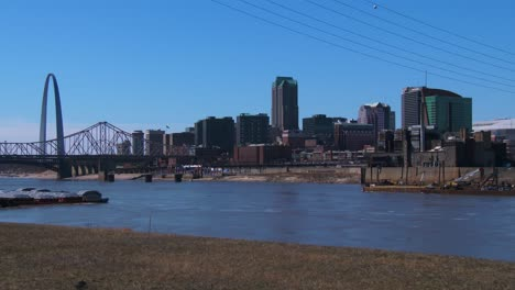 The-city-of-St-Louis-by-day-with-Mississippi-River-foreground