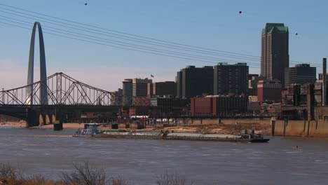 A-barge-travels-on-the-Mississippi-Río-near-St-Louis