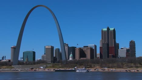 A-tugboat-travels-on-the-Mississippi-Río-near-St-Louis-1