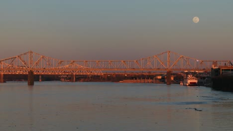Los-Puentes-Cruzan-El-Río-Ohio-Cerca-De-Louisville-Kentucky-Al-Anochecer-1