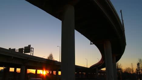 El-Arco-De-Un-Paso-Elevado-De-La-Autopista-Al-Atardecer
