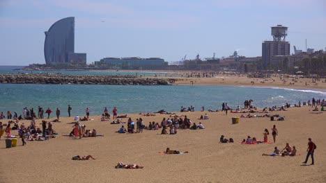 Plano-General-De-Bañistas-A-Lo-Largo-De-La-Playa-En-Barcelona-España