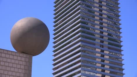 Rascacielos-Y-Arquitectura-En-Barcelona-España-Con-Escultura-Creativa