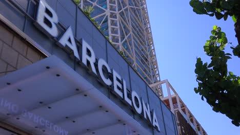 Un-Edificio-Tiene-Un-Gran-Cartel-Que-Dice-Barcelona