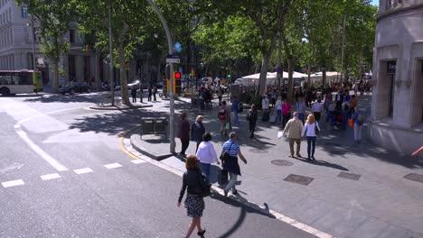 Alto-ángulo-Sobre-Una-Intersección-De-Barcelona-España-Con-Peatones-Cruzando-La-Calle
