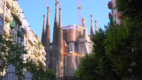 The-Sagrada-Familia-cathedral-by-Gaudi-amongst-apartments-and-buildings-in-Barcelona-Spain
