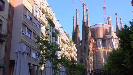 The-Sagrada-Familia-cathedral-by-Gaudi-amongst-apartments-and-buildings-in-Barcelona-Spain-1