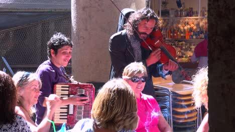 Street-musicians-perform-at-a-Barcelona-restaurant