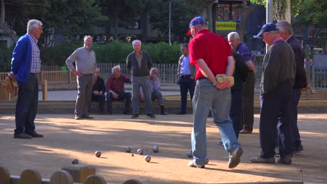 Retired-men-play-a-game-of-bowls-in-Barcelona-Spain-2