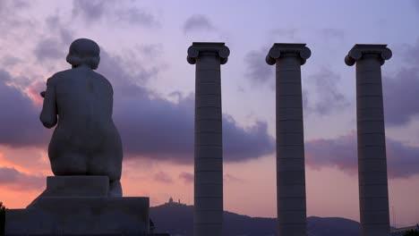 Una-Estatua-Se-Asienta-Cerca-De-Columnas-Romanas-En-El-Centro-De-Barcelona-España
