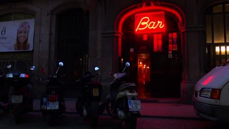 Disparo-Clásico-De-Un-Bar-Con-Un-Letrero-De-Neón-Y-Motocicletas-Fuera