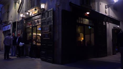 Toma-De-Establecimiento-Clásica-De-Un-Bar-O-Cafetería-Por-La-Noche-En-Estilo-Europeo-1