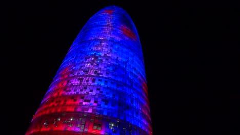 Notable-Rascacielos-Azul-Y-Rojo-Por-La-Noche-En-Barcelona-España