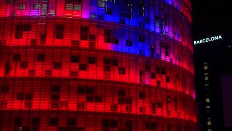 Notable-Rascacielos-Azul-Y-Rojo-Por-La-Noche-En-Barcelona-España-2