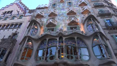 Los-Peatones-Caminan-Delante-De-Un-Edificio-Diseñado-Por-Gaudí-En-Barcelona-España