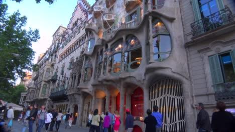 Fußgänger-Gehen-Vor-Einem-Von-Gaudi-Entworfenen-Gebäude-In-Barcelona-Spanien-1