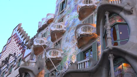 Fußgänger-Gehen-Vor-Einem-Von-Gaudi-Entworfenen-Gebäude-In-Barcelona-Spanien-2