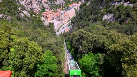 Die-Seilbahn-Fährt-Hinunter-Zum-Katholischen-Kloster-Montserrat-In-Spanien