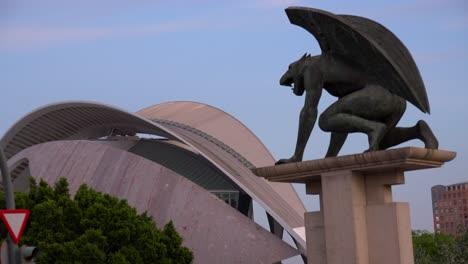 Una-Mítica-Estatua-De-Grifo-Cerca-De-La-Ciudad-De-Valencia-España-2