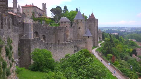Una-Vista-Desde-Las-Murallas-De-La-Hermosa-Fortaleza-Del-Castillo-De-Carcassonne-Francia