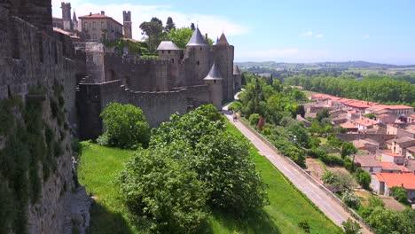 Una-Vista-Desde-Las-Murallas-De-La-Hermosa-Fortaleza-Del-Castillo-De-Carcassonne-Francia-1