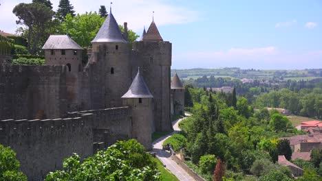 Una-Vista-Desde-Las-Murallas-De-La-Hermosa-Fortaleza-Del-Castillo-De-Carcassonne-France-2