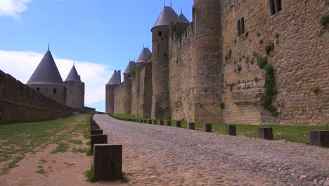 Murallas-Alrededor-De-La-Hermosa-Fortaleza-Del-Castillo-De-Carcassonne-Francia