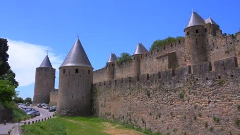 Murallas-Alrededor-De-La-Hermosa-Fortaleza-Del-Castillo-De-Carcassonne-Francia-1