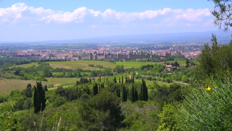 Una-Vista-Lejana-De-La-Hermosa-Fortaleza-Del-Castillo-De-Carcassonne-Francia