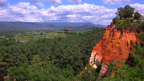 Bright-red-cliffs-near-the-town-of-Roussillon-in-Provence-France