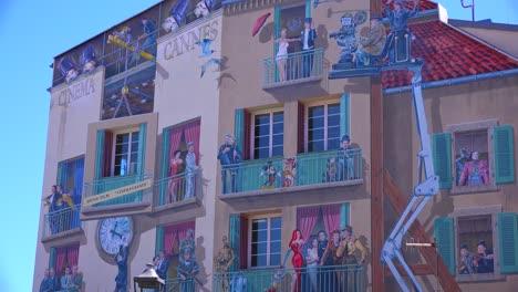 Los-Edificios-Están-Pintados-Con-Imágenes-De-Estrellas-De-Cine-Durante-El-Festival-De-Cine-De-Cannes-3