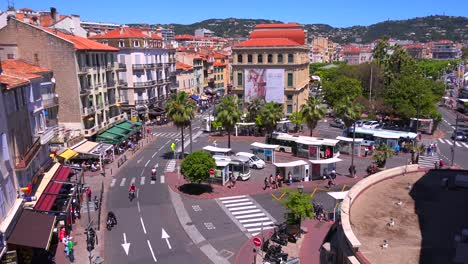 Un-Alto-ángulo-De-Vista-Clásico-De-Un-Bonito-Bulevar-En-Cannes-Francia