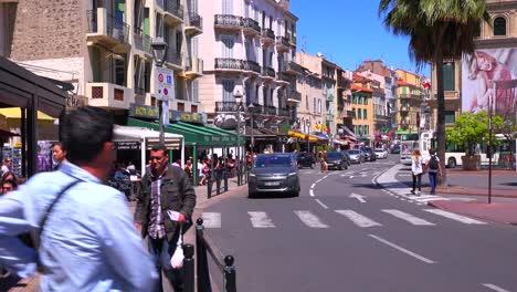 Vista-De-La-Calle-Clásica-De-Un-Bonito-Bulevar-En-Cannes-Francia