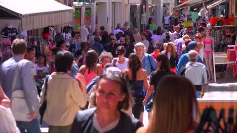 Grandes-Multitudes-Asisten-Al-Festival-De-Cine-De-Cannes-