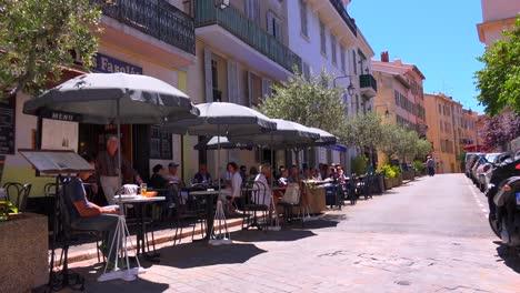 Pequeños-Cafés-Y-Restaurantes-Al-Aire-Libre-Se-Alinean-En-Las-Calles-De-Cannes-Francia