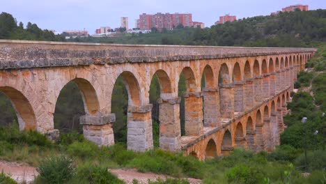 A-beautiful-Roman-aqueduct-crosses-a-canyon-in-France-1