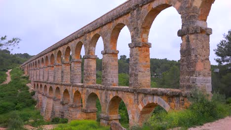 A-beautiful-Roman-aqueduct-crosses-a-canyon-in-France-2