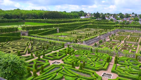 The-remarkable-chateaux-and-maze-gardens-of-Villandry-in-the-Loire-Valley-in-France