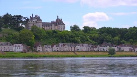 A-beautiful-chateau-stands-along-the-Loire-Río-in-France