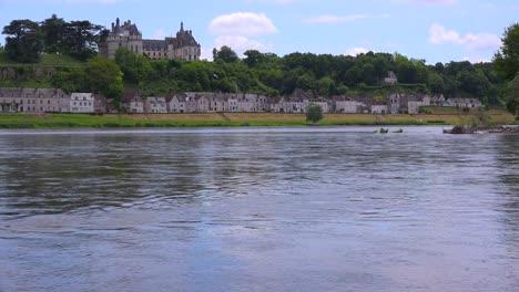 Un-Hermoso-Castillo-Se-Encuentra-A-Lo-Largo-Del-Río-Loira-En-Francia-1