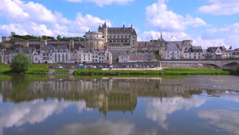 Una-Enorme-Mansión-Castillo-Se-Refleja-Perfectamente-En-Las-Aguas-Del-Río-Loira