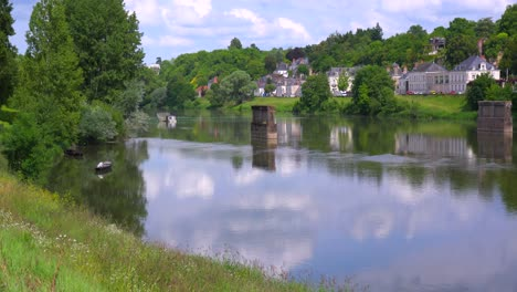 The-Loire-Río-flows-through-the-French-countryside