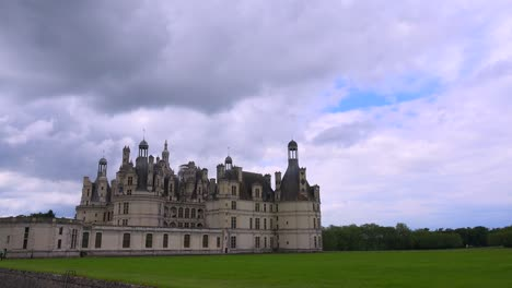 The-beautiful-chateau-of-Chambord-in-the-Loire-Valley-in-France-1