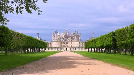 Distant-shot-of-the-beautiful-chateau-of-Chambord-in-the-Loire-Valley-in-France