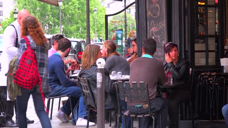 A-waiter-serves-customers-at-a-typical-Paris-sidewalk-cafe