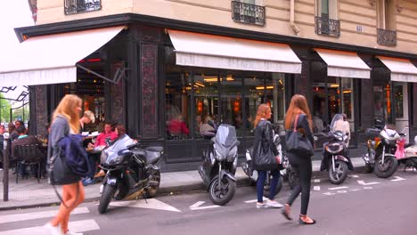 Exterior-of-a-French-restaurant-in-parís