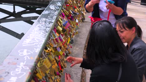The-Pont-Des-Artes-bridge-in-paris-features-locks-from-couples-expressing-their-eternal-devotion-2